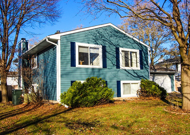 Manitou Street, Cary, IL, Owens Corning Tru Definition Architectural Shingles in Aged Copper and Mastic Siding in Portsmouth Blue